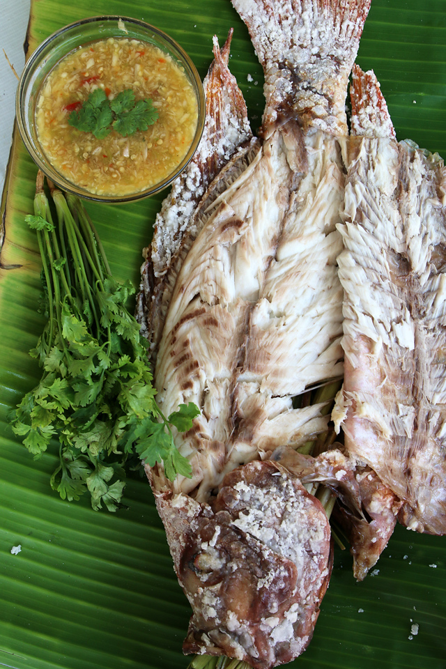 Succulent and juicy Thai grilled fish (pla pao ปลาเผา)