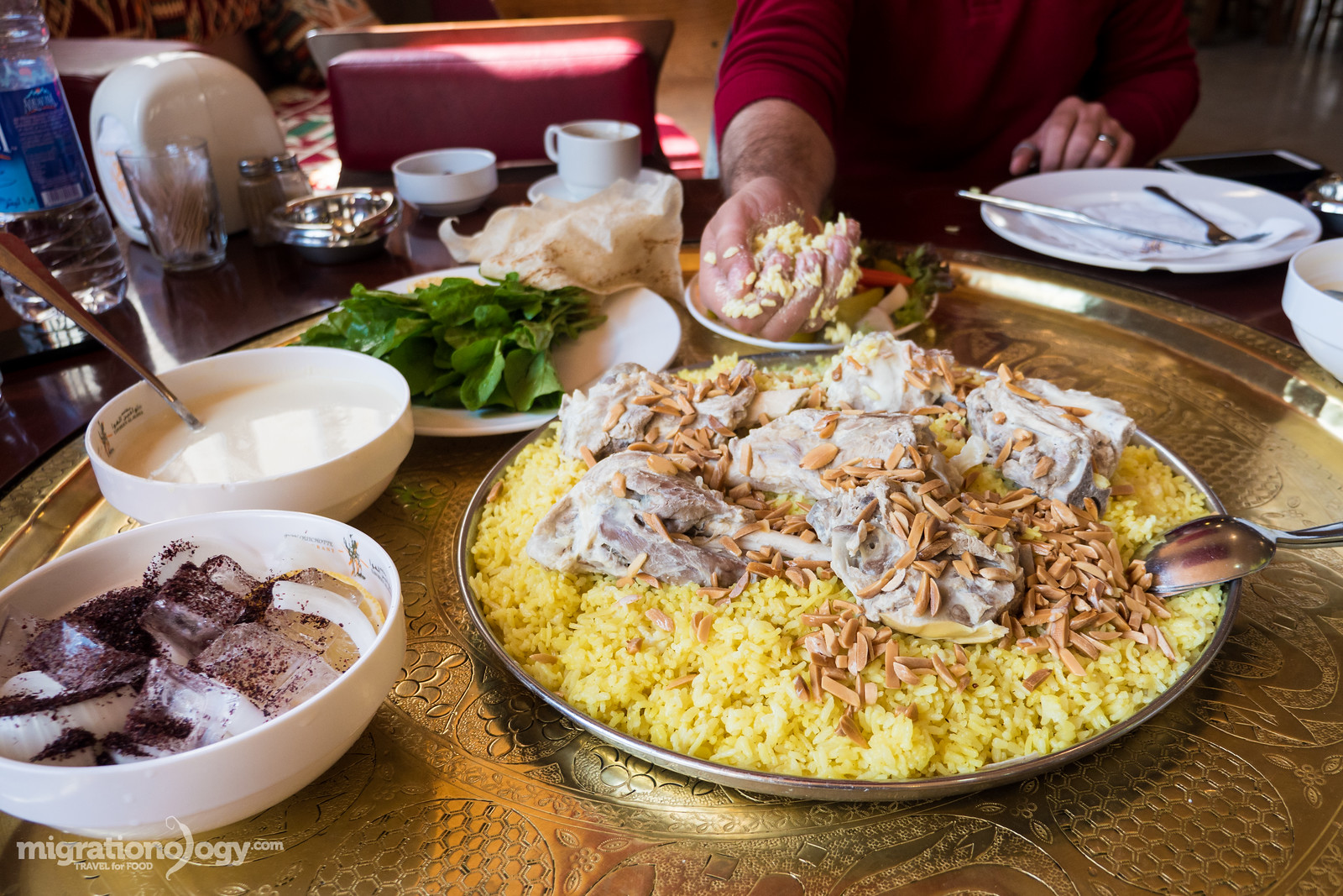 how to eat mansaf